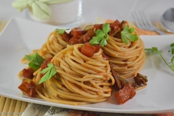 Spaghetti al sugo di alici, vongole e peperoni