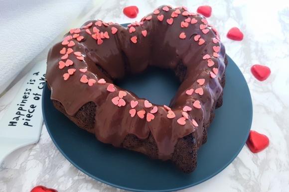 Torta di San Valentino al cacao e caffè con glassa