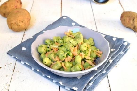 Gnocchi verdi con zucchine e salmone