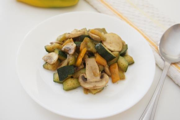 Zucchine, peperoni e funghi in padella