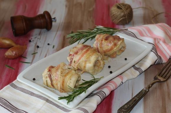 Involtini di pollo con pancetta e sottilette