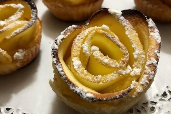 Rose di mele in pasta sfoglia con marmellata alle pesche
