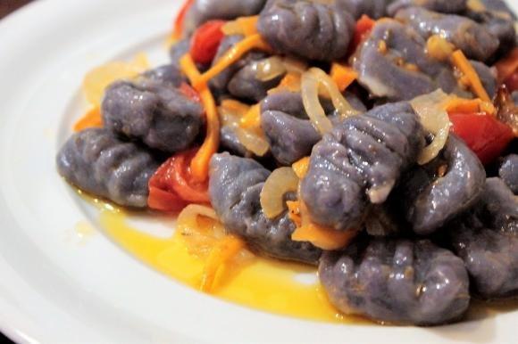 Gnocchi di patate viola con verdure caramellate al timo