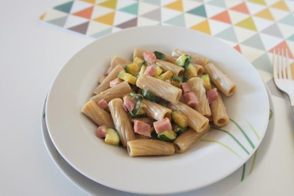 Pasta integrale con zucchine, stracchino e prosciutto cotto