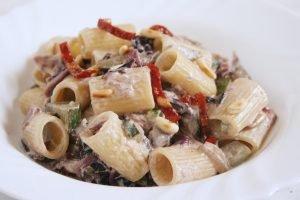 Mezze maniche radicchio, zucchine e pomodori secchi