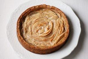 Crostata con crema pasticcera alle nocciole e pere