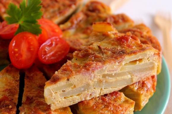 Frittata con patate, cipolle e prosciutto cotto al forno