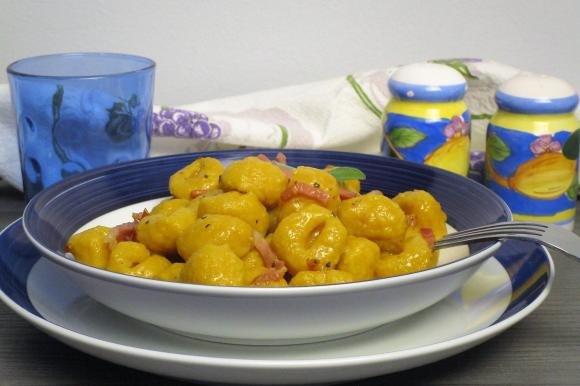 Gnocchi di zucca con burro, salvia e pancetta