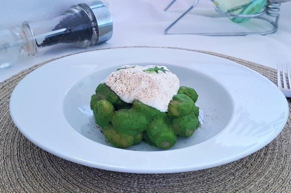 Gnocchi con crema di rucola, spinaci e stracciatella