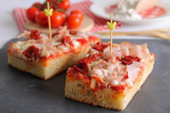 Pizza in teglia con prosciutto cotto e pomodori secchi