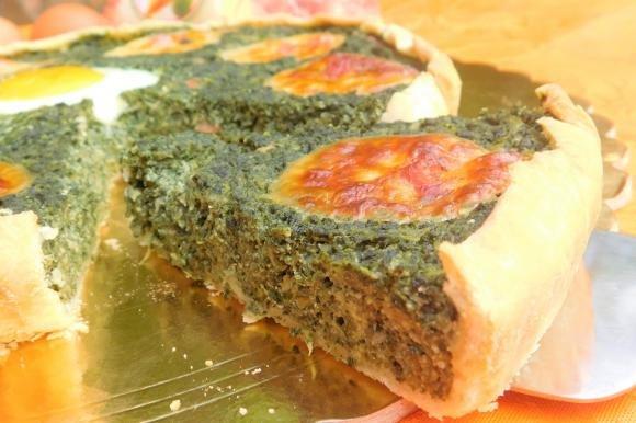 Torta salata con bietole, cipolla, pancetta e ricotta