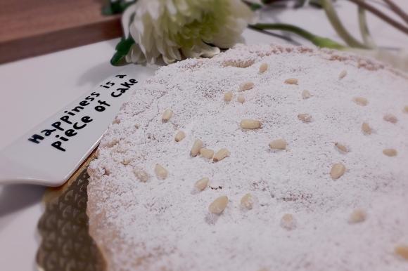 Torta della Nonna con cannella, crema e pinoli