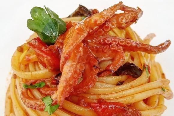 Linguine con moscardini, olive e pomodori