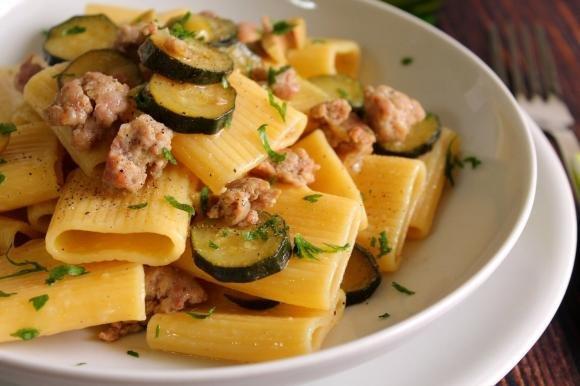 Rigatoni con salsiccia, zucchine e olive verdi