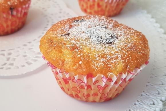 Muffin soffici con pesche, amaretti e cioccolato fondente
