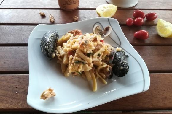 Pasta mista con frutti di mare, cannellini e tonno