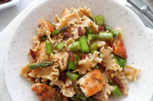 Pasta integrale con asparagi, pomodori secchi e pollo