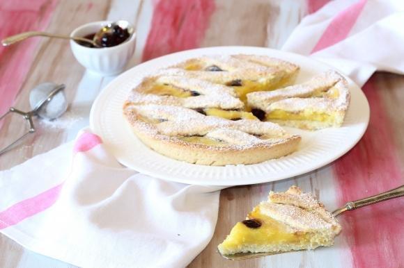 Crostata al cocco con crema pasticcera e amarene