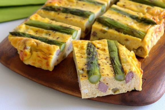 Frittata al forno con asparagi, ricotta fresca e pancetta