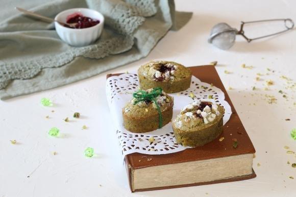 Biscottoni morbidi al pistacchio e marmellata ai frutti di bosco