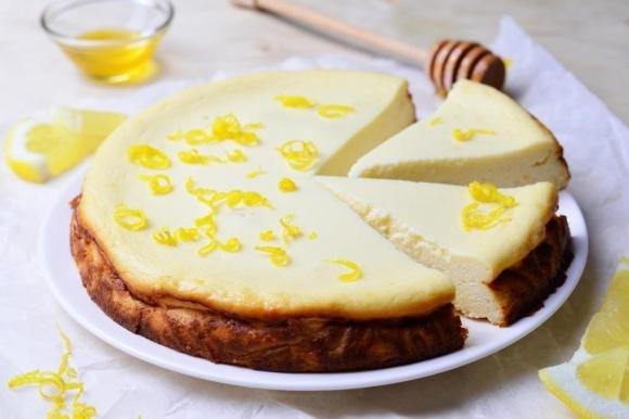 Pizza dolce di ricotta con miele e limone