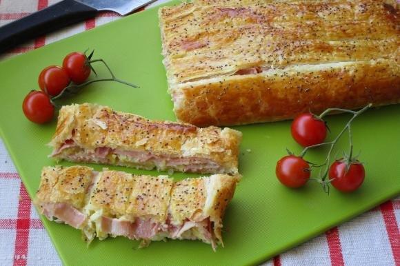 Strudel salato con carciofini, stracchino e prosciutto cotto