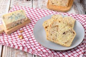Pan Brioche salato con noci ed erborinato