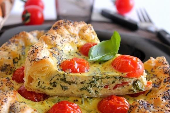 Torta salata con ricotta, pomodorini e rucola