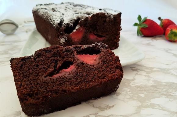 Plumcake senza burro con cacao, yogurt alla fragola e fragole fresche