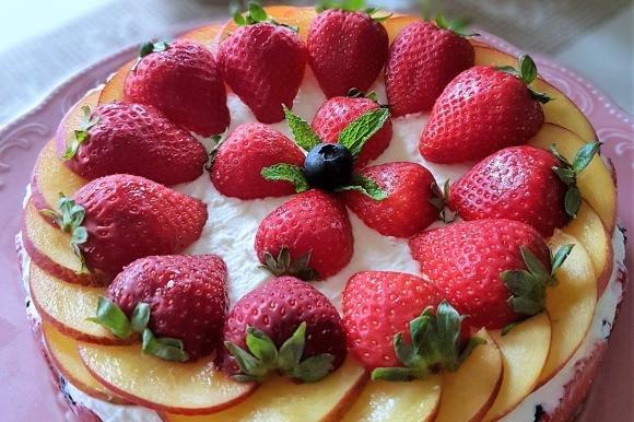 Cheesecake con gelatina di fragole, mascarpone e frutta fresca