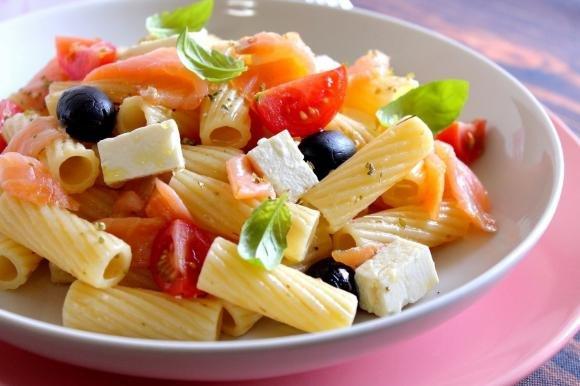 Rigatoni con salmone affumicato, pomodorini, feta e olive nere