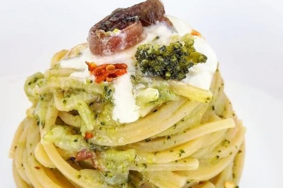 Spaghetti risottati con broccoli, acciughe e stracciatella
