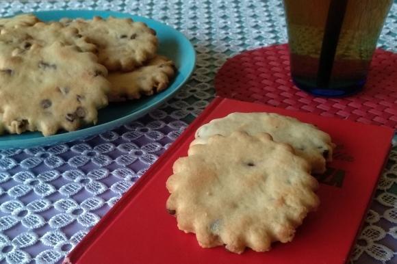Biscotti con arachidi e gocce di cioccolato