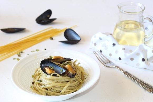 Linguine con cozze e pesto di pistacchi
