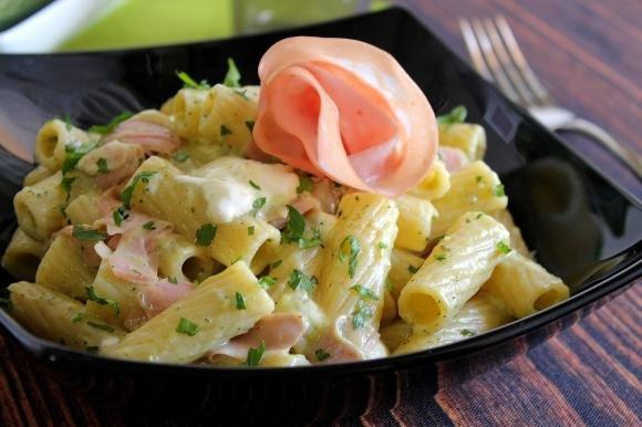 Rigatoni con crema di zucchine, stracchino e mortadella