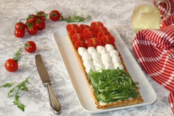 Crostata salata tricolore con mozzarella, pomodorini e rucola