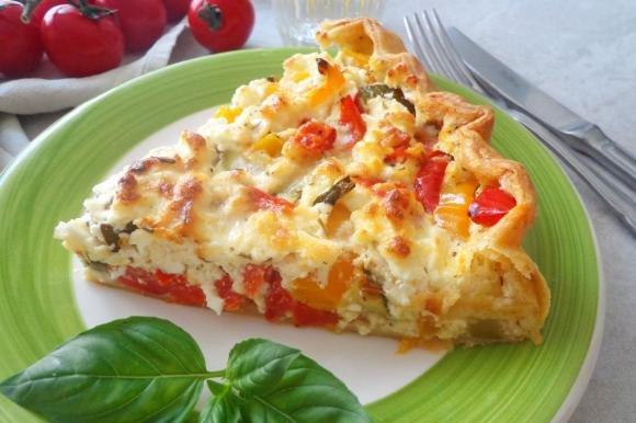 Torta salata con zucchine, peperoni e feta