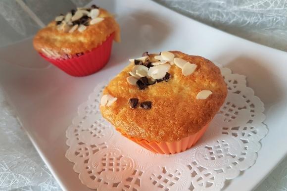 Muffin senza burro con yogurt, cioccolato fondente e mandorle