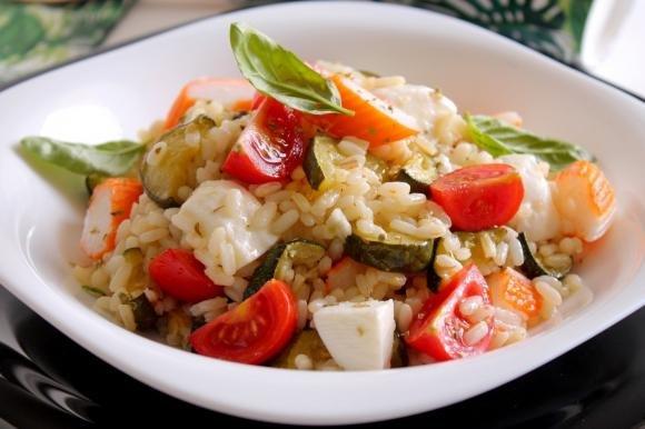 Insalata di riso con zucchine, surimi, mozzarella e pomodorini