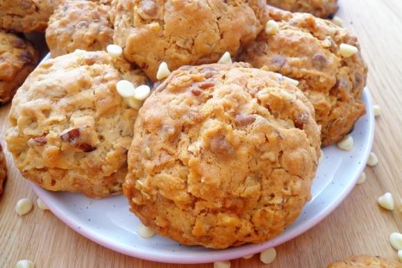 Biscotti con mandorle, fiocchi d'avena e cioccolato bianco