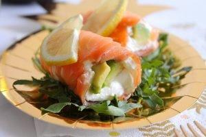 Involtini di salmone affumicato con avocado e Philadelphia