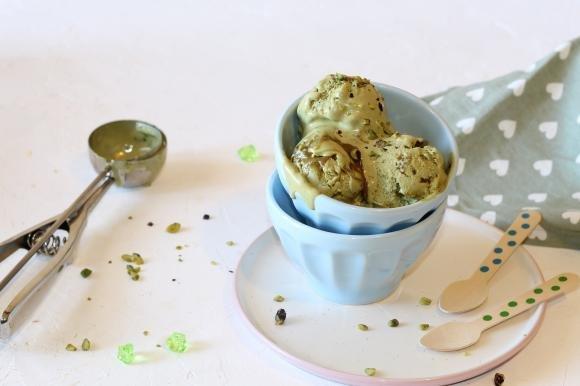 Gelato al pistacchio con gelatiera