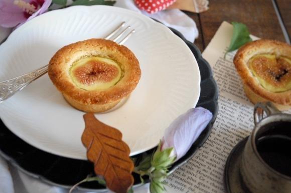 Tortine di sablé breton con fichi, nocciole e limone