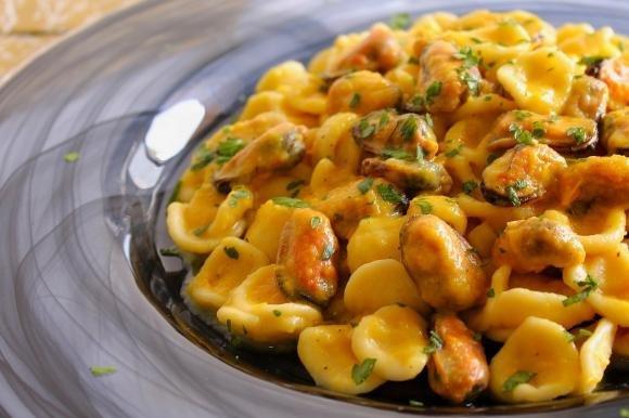 Orecchiette con crema di peperoni e cozze