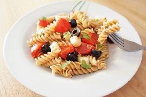 Pasta fredda con pomodori, olive nere e Asiago
