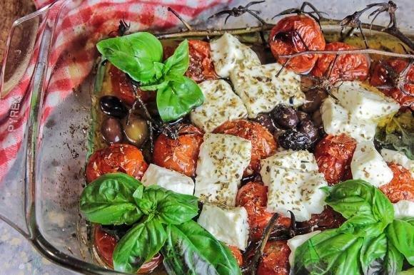 Pomodorini in teglia con feta e olive taggiasche