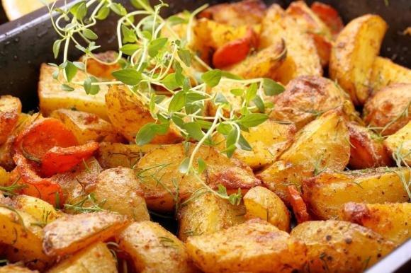 Patate, pomodori e cipolla