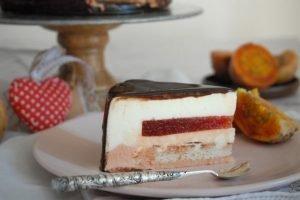 Mousse cioccolato bianco con fichi d'india e dacquoise alle mandorle