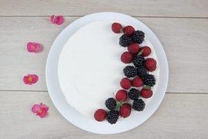 Torta fredda allo yogurt senza gelatina con frutti di bosco