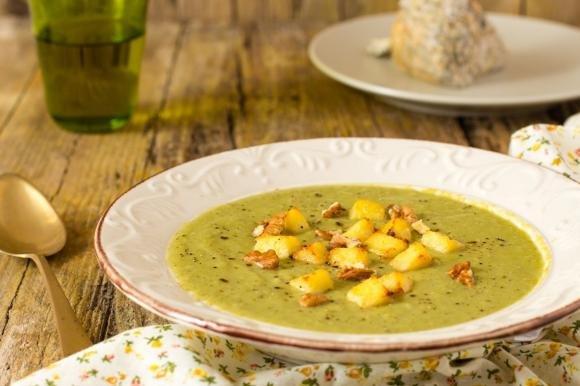 Crema di broccoli e gorgonzola con dadi di semolino
